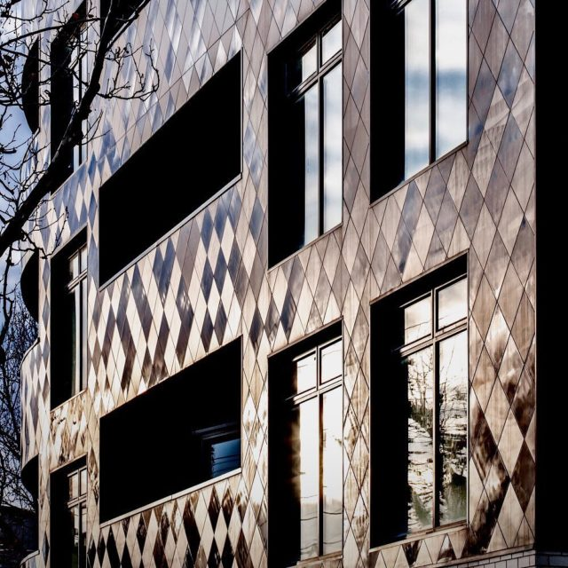The building provides a reactive, glistening facade that curves around the streetscape, reflecting and diffusing light as it moves across the surface, or indeed as you move around the surface itself. . #EATVolumeApartments #malverneast #architectseat® #eatinteriors #multiresidential #apartment #facade #facadedesign #ceramicfacade 📸 @chrism.photography