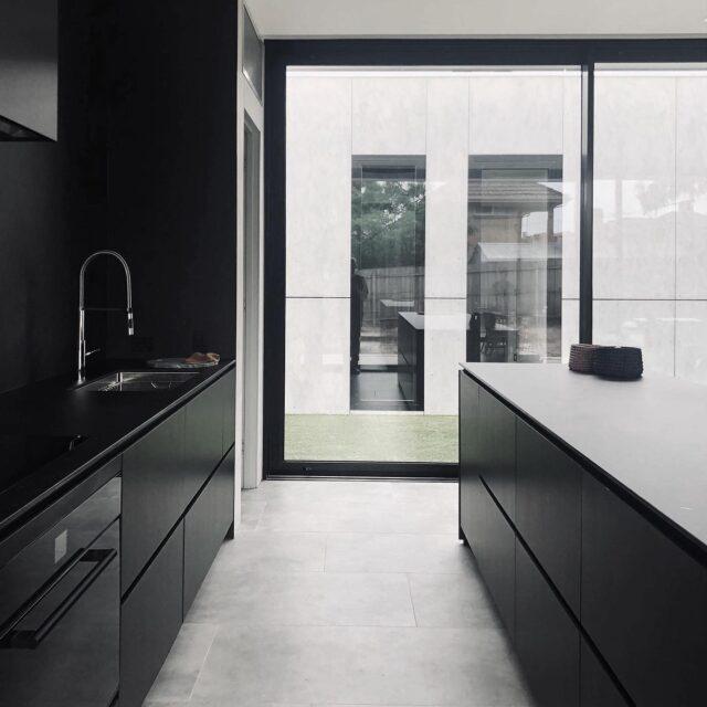Black + White simplicity at #EATravenshouse ⚫️⚫️ thank you to our builder @smartbuildingconcepts #architectseat® #eathouses™ #eat #houses #home #kitchen #kitchendesign #design #architecture #interiors #interiordesign #monochrome #blackandwhite