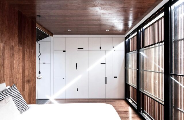 Happy Monday! In spirit of this moody Melbourne morning - a little throwback to bedroom feels at our #EATParureHouse 🙌🏻 #eat #architectseat #eathouses™ #houses #residential #architecture #interiors #interiordesign #bedroom #mood #light #natural