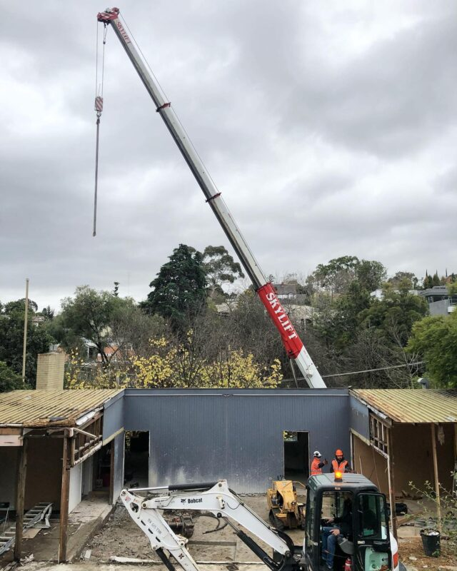 There are many ways but this is sure one of the coolest way @blockconstructions 😎 #wellplayedchadwick  . #EATConnectedHouse #architectseat® #eathouses™ #kew #onsite #crane #skylift